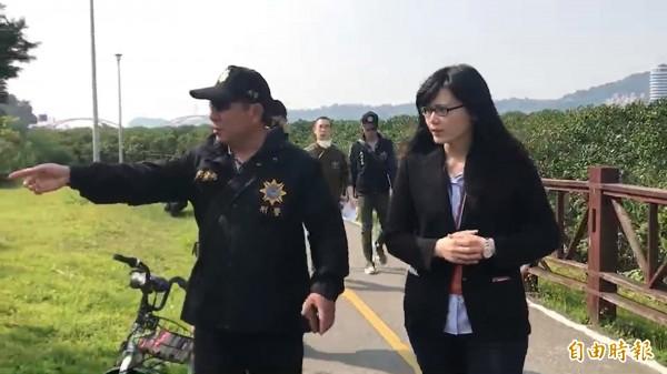 檢察官(右)重返現場勘驗。(記者王宣晴攝)