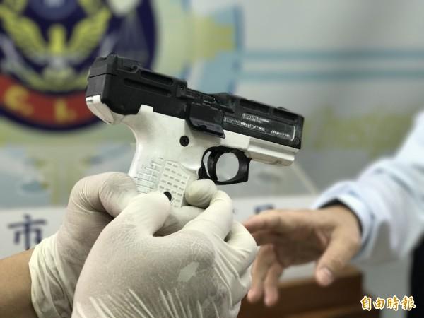 王姓男子擁槍自重還染毒癮,高市刑大報檢搜索,查獲有「小衝鋒槍」之稱的土耳其手槍,但槍管疑似換過,警方透露,因改造槍刑責遠低於制式槍,不少人會藉此逃避刑責,形成漏洞,呼籲司法機關正視。(記者黃良傑攝)
