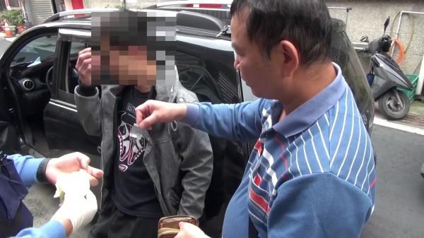 王姓男子擁槍自重還染毒癮,高市刑大報檢搜索,查獲零錢包內藏有毒品。(記者黃良傑翻攝)