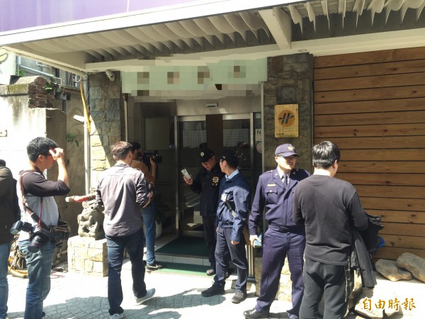 檢警重返旅店勘察。(記者陳恩惠攝)