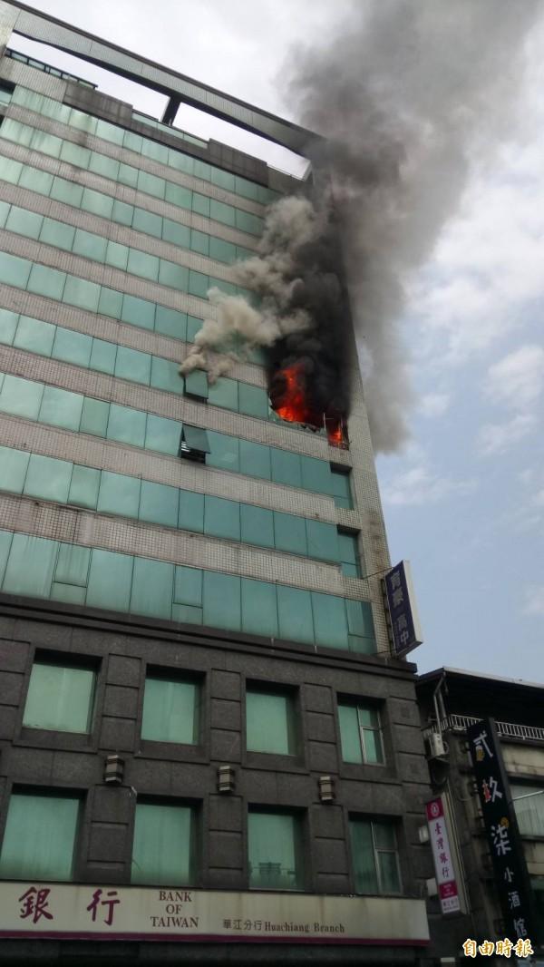 新北市板橋中山路台銀分行所在的大樓7樓著火,竄出熊熊火焰。(記者吳仁捷攝)