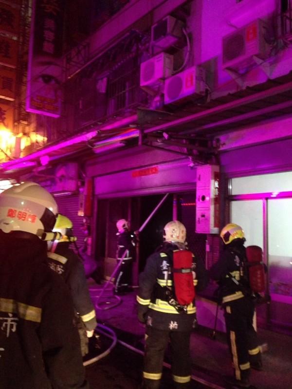 大肚一處4樓加蓋住宅今凌晨發生火警,消防人員教母子3人關門防火及濃煙,3人幸獲救無礙。(記者蘇金鳳翻攝)