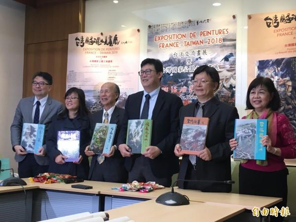 陳銘顯(右一)將率領34名現代國畫派的台灣畫家,前往法國展出、交流,以畫作展現台灣的國家公園之美。(記者鄭鴻達攝)