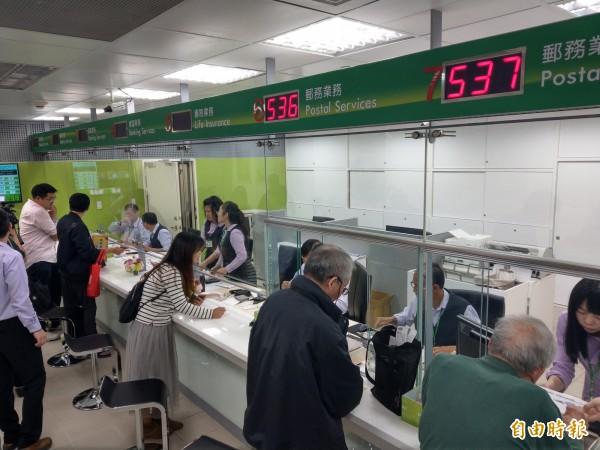 機場捷運台北車站郵務服務站今啟用,交寄行李、伴手禮更便利。(記者鄭瑋奇攝)