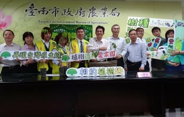 台灣西部海岸線逐年退縮,南市農業局25日將在將軍漁港港口南側沙岸擴大舉行植樹活動,護岸從「樹」、森護台南。(圖由南市農業局提供)