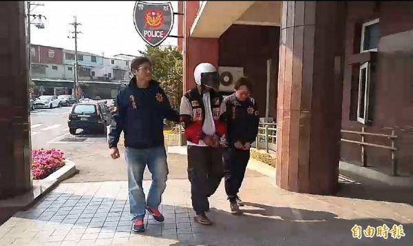 王姓男子(中)被警方送辦。(記者周敏鴻攝)