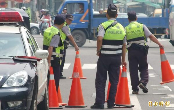 高市警局交大統計發現,106年全年受理民眾檢舉交通違規案件高達28萬4883件,較105年增加10萬2185件,最常檢舉違規案件前3名,分別為「違規停車」、「闖紅燈」及「變換車道未打方向燈」。(記者黃良傑攝)