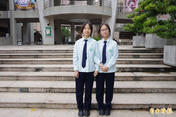 雙胞胎姊妹許可欣(右)、許可姍成績亮眼,許可欣更跟哥哥同樣透過繁星計畫錄取北醫牙醫系。(記者蔡政珉攝)