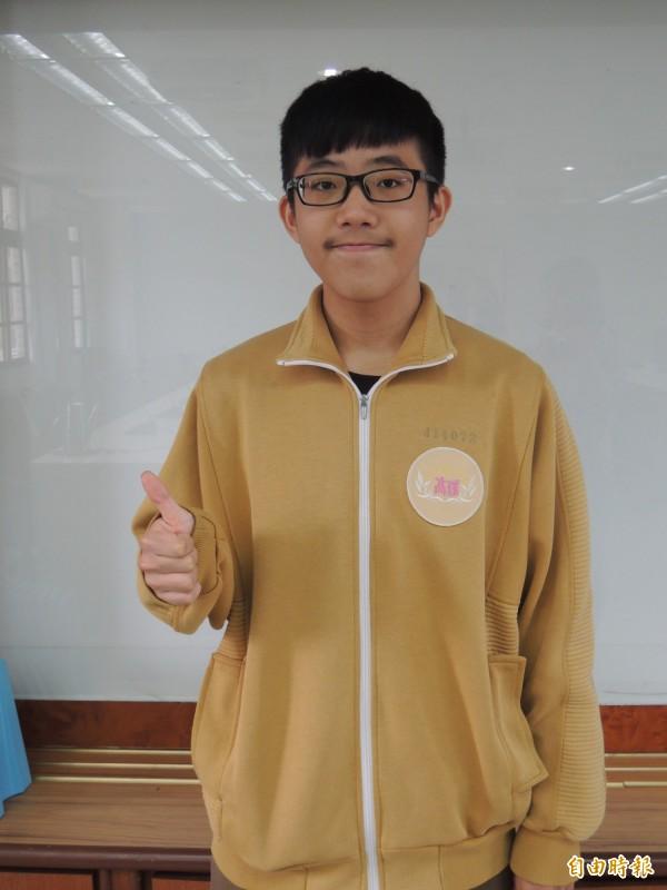羅東高中原住民學生彭翔考取台大法律系,他想當司法官為弱勢者伸張正義。(記者江志雄攝)