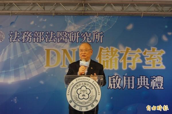 法醫研究所DNA儲存室的「催生者」檢察總長顏大和,今受邀參加啟用典禮,並共同主持揭牌儀式。(記者楊國文攝)
