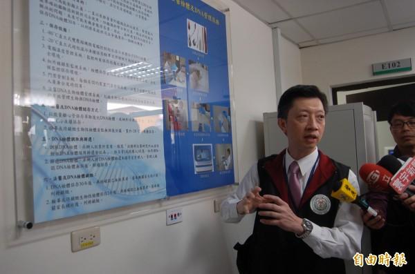 法醫研究所血清證物組組長林俊彥說明DNA管理流程。(記者楊國文攝)
