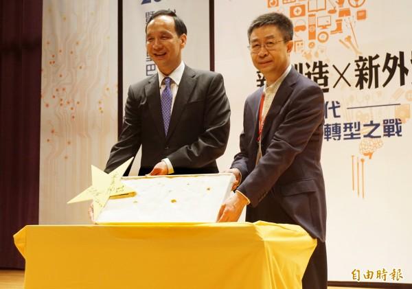 新北市長朱立倫今天早上出席「2018台灣B2B電商高峰會暨十大網商決賽」,回應和前新北市副市長侯友宜的合作。(記者陳心瑜攝)