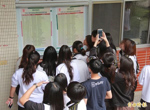 繁星入學放榜,學生們擠在榜單前看成績有沒有錄取。(記者陳冠備攝)