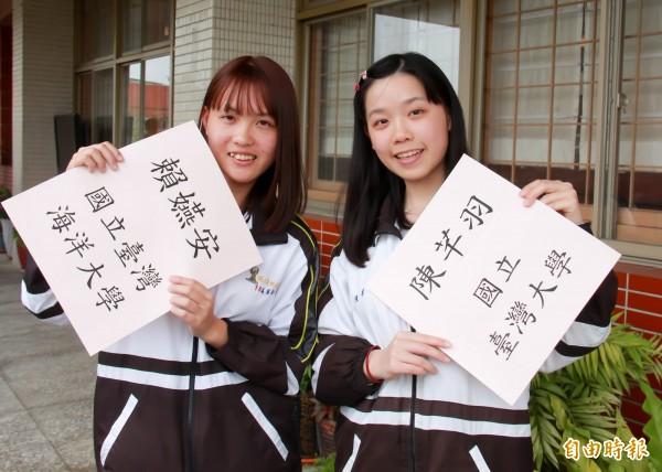 國立員林高中陳芊羽、賴嬿安雙雙克服學習困境,一同摘星上國立大學。(記者陳冠備攝)
