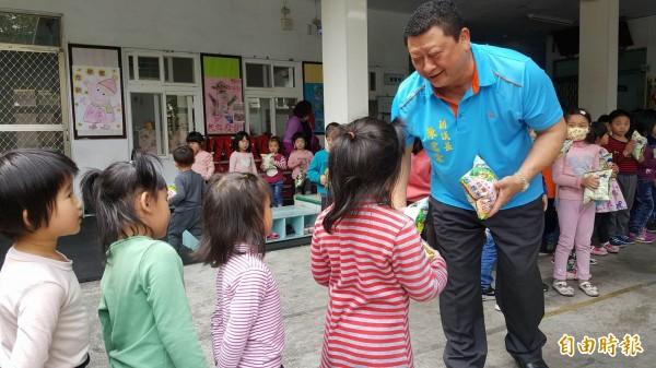 台東縣副議長陳宏宗分送關山米乖乖給學童,期許大家在家、在校都要乖乖的。(記者王秀亭攝)