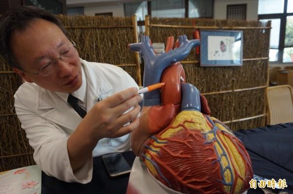 台中慈濟醫院心臟外科主任余榮敏說,林男的主動脈根出現八公分大的腫瘤,並導致主動脈剝離。(記者歐素美攝)