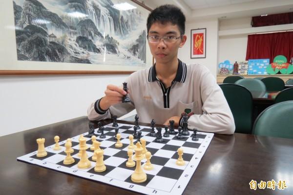 忠明高中學生詹明軒拜外師學西洋棋,意外培養出優異英語能力,繁星拚上台大外文系。(記者蘇孟娟攝)