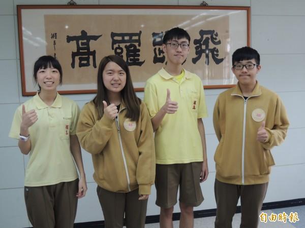 羅高張媄姞(左起),林妍伶,蔣祐承,彭翔錄取台大。(記者江志雄攝)
