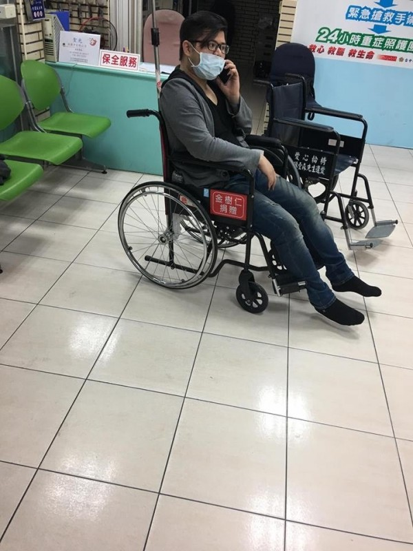 羅姓嫌犯坐著輪椅狼狽被逮。(記者蔡宗勳翻攝)