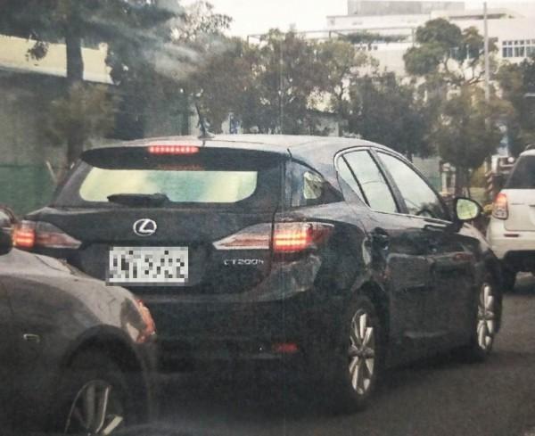 高雄檢調查扣Lexus CT200H車輛1部,傳喚犯罪嫌疑人及證人共12人,懷疑養工處康姓分隊長涉貪,車貸由包商支付。(記者黃良傑翻攝)
