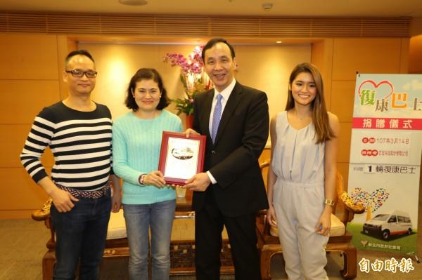 電子業者施裕隆與妻女一起出席復康巴士捐贈儀式。(記者何玉華攝)