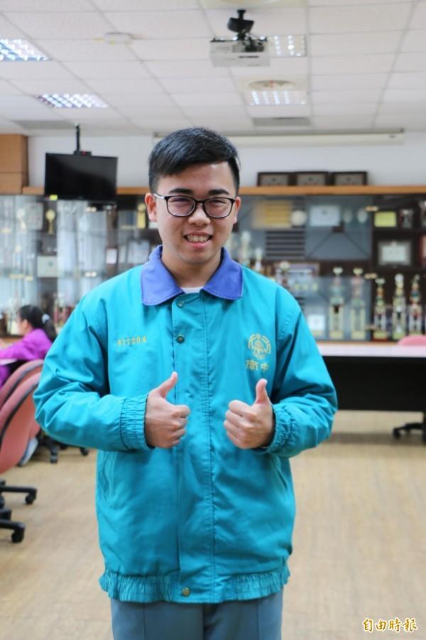 竹南高中學生陳禹旗不向命運低頭,努力考上第一志願,盼能翻轉人生。(記者鄭名翔攝)