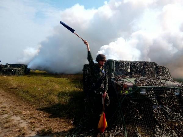 陸軍第八軍團今天起執行「戰備任務訓練週」,39化兵群在屏東昌隆農場實施煙幕遮障演練。(圖/陸軍八軍團提供)
