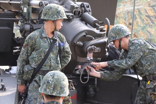 陸軍第八軍團今天起執行「戰備任務訓練週」,43砲指部演練105榴砲。(圖/陸軍八軍團提供)
