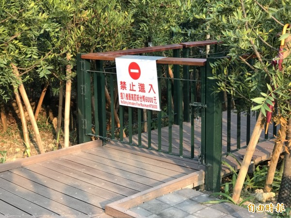 高市觀光局在崗山之眼天空廊道出入口端,設立有禁止進入及違規罰則等牌面,但部分民眾視若無睹。(記者蘇福男攝)