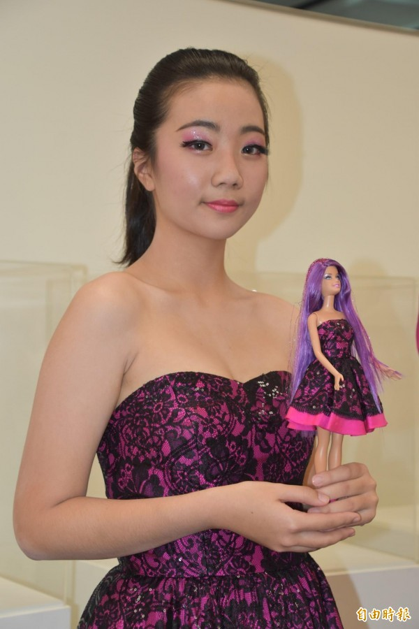 樹人醫專同學麻豆精心打扮與芭比娃娃同一樣式服裝競豔。(記者蘇福男攝)