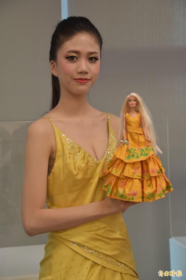 樹人醫專同學麻豆走秀,與芭比娃娃競豔。(記者蘇福男攝)