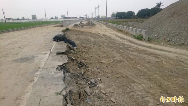 火燒珠橋改建,因發現疑似史前文化遺址,南側引道部分工程暫停工。(記者楊金城攝)