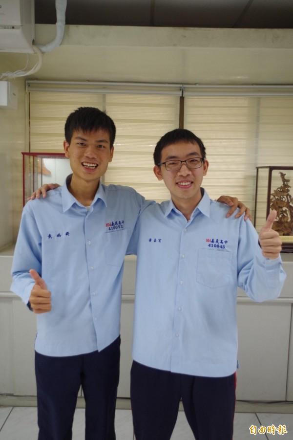 嘉義高中考75級分的黃嘉宏(右)如願錄取第一志願台大資工系,跟學測也考滿級分的黃瑀鍀(左)都依興趣選校系。(記者王善嬿攝)