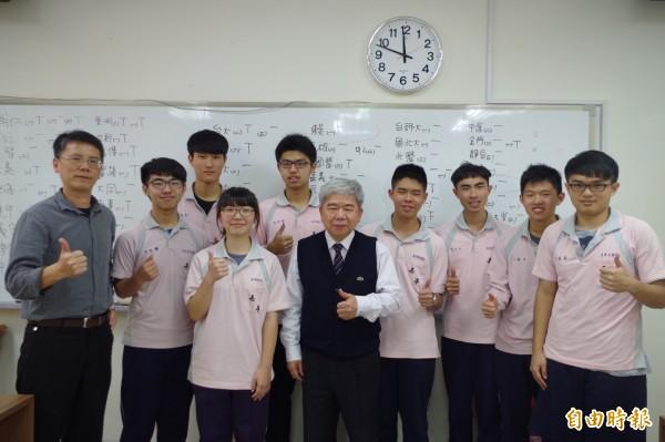 嘉華高中考72級分的吳昀達(右2)對寫程式、科技有興趣,如願錄取台灣大學電機工程系。(記者王善嬿攝)