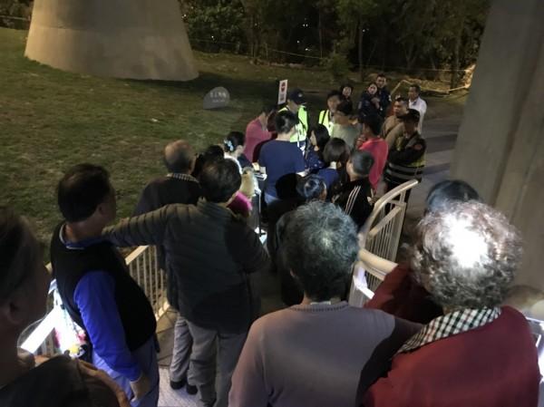 高市觀光局今晚會同岡山警方聯合稽查,擅自闖入「崗山之眼」天空廊道夜遊民眾。(高市觀光局提供)
