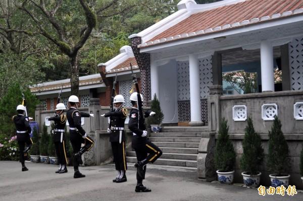 慈湖陵寢的憲兵儀隊交接是兩蔣文化園區重要觀光亮點。(記者李容萍攝)