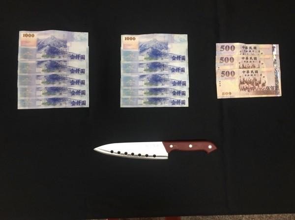 台南47歲程姓男子今晚持刀搶超商,得手1萬1500元,準備逃走時,被警方與熱心民眾合力逮獲。(記者萬于甄翻攝)