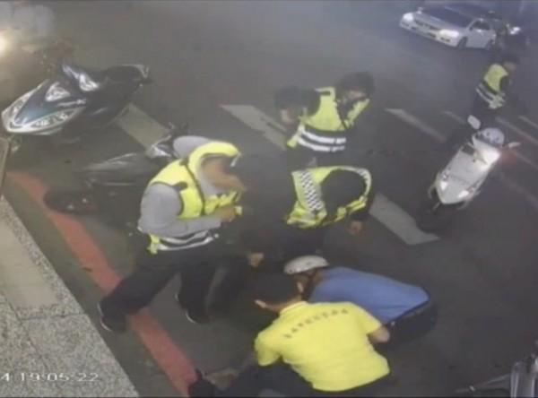 程嫌正要離開超商時,被警方與熱心民眾合力圍捕,壓制在地。(記者萬于甄翻攝)