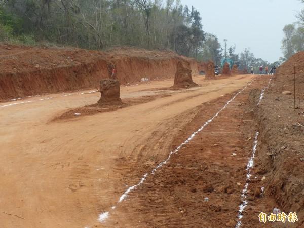 金門「司法大道」向下開挖,雙乳山坑道支道慘遭挖斷。(記者吳正庭攝)