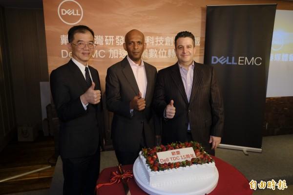 戴爾台灣研發中心歡慶15周年,(由左至右):Dell EMC台灣區總經理廖仁祥、戴爾台灣研發中心董事總經理暨電腦研發部副總裁Kefetew Selassie、戴爾台灣研發中心董事總經理暨Dell EMC伺服器研發部副總裁 Edward Yardumian。(記者陳炳宏攝)