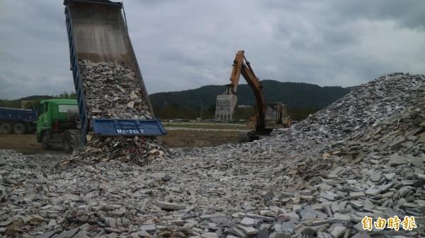 花蓮石材產業損失慘重,業者把碎裂的大理石等高價石材統統用卡車載運到臨時堆置場,碎石堆積如山。(記者王錦義)
