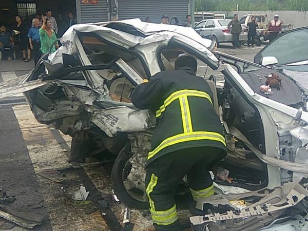 消防人員到場時,先將意識清楚的3男2女送醫,但因其中一輛白色自小客車慘遭撞擊嚴重,出動破壞器材才將受困民眾救出送醫。(記者王峻祺翻攝)