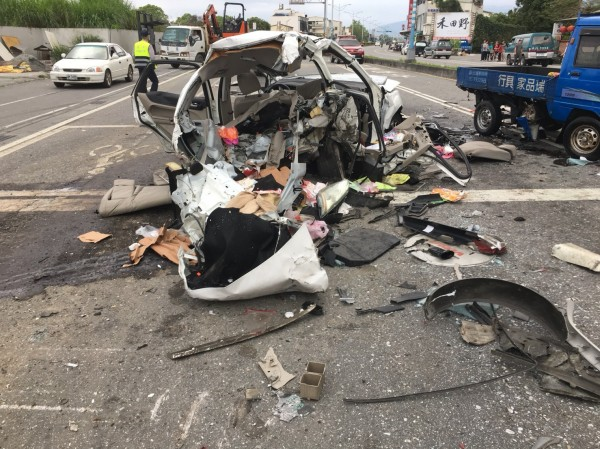 車禍現場雜物、車輛碎片散落一地,因正值下班期間,一度造成後方交通回堵。(記者王峻祺翻攝)
