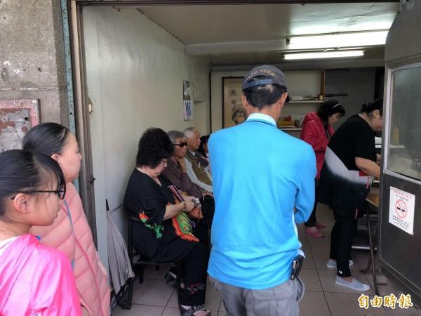每天下午,店裡總是擠滿排隊等候購買韭菜盒的民眾。(記者歐素美攝)