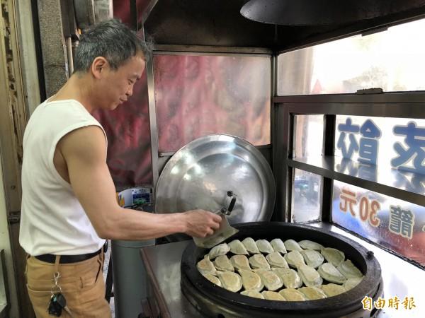 黃松安賣的韭菜盒採用水煎,不油不膩。(記者歐素美攝)