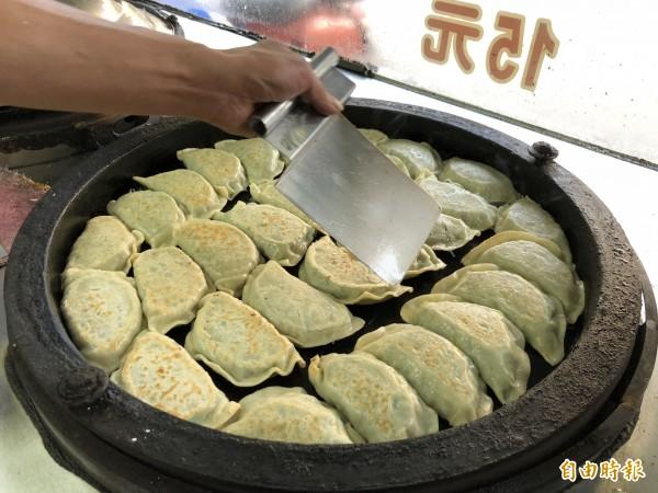 韭菜盒要加水蓋上鍋蓋蒸煎三次後,才能起鍋。(記者歐素美攝)