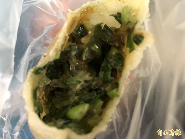 韭菜盒的餡料有韭菜、冬粉及豬絞肉。(記者歐素美攝)