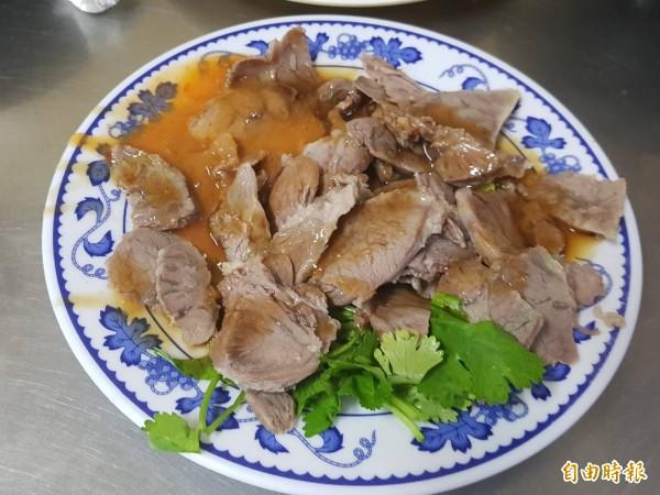 基隆市安一路巷頭粿仔湯營業超過60年,粿仔湯湯頭鮮美、粿仔條好吃不礙胃;圖中的小菜「嘴邊肉」讓人越吃越涮嘴。(記者俞肇福攝)