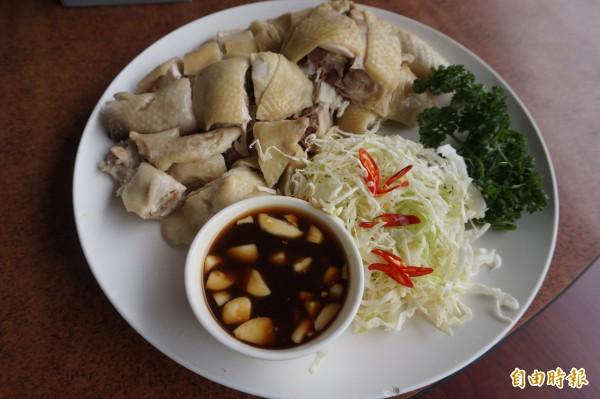 白斬土雞也是店裡招牌,雞隻採用酒糟飼養,肉質鮮美。(記者歐素美攝)