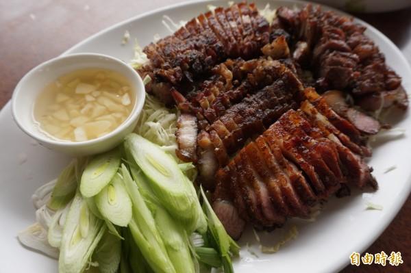 鹹豬肉也是林毅薰自己醃製。(記者歐素美攝)